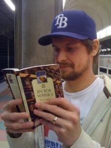 Skribenten Martin läser illustrativt ur En bok whisky