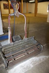 Springbanks eldrivna, fasvända gräsklipparmackapär som används för luftning av kornet vid golvmältningen