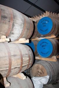 Kilchoman whiskylager inrymms i en konverterad gårdshall med cementgolv